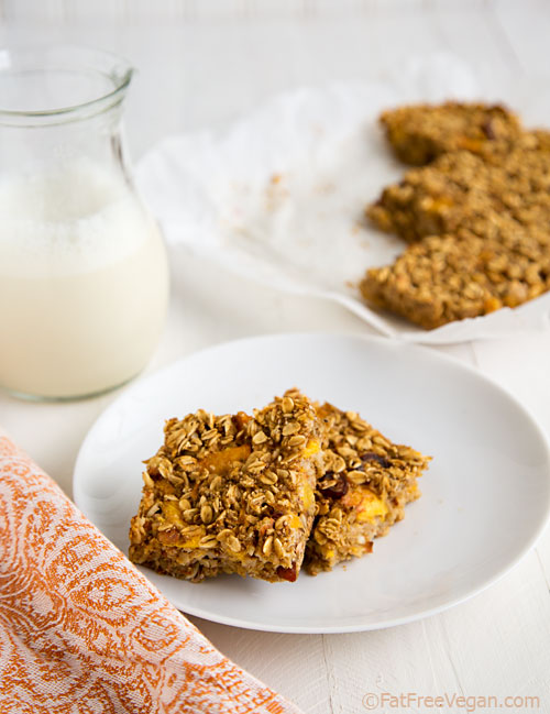 Peach Oatmeal Bars: These moist peach oatmeal bars are perfect for breakfast or for a healthy desserts. Vegan and no added sugar or fat!